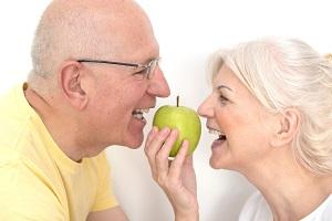 笑う高齢の男女
